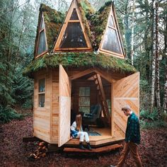 Would you like to have such a shelter in the middle of a forest? Buy A Tiny House, Tiny House Cabin, Tiny Houses, Farm House, Luxury Homes Interior, Home Interior, Treehouse Living, A Frame House Plans, Small House Decorating