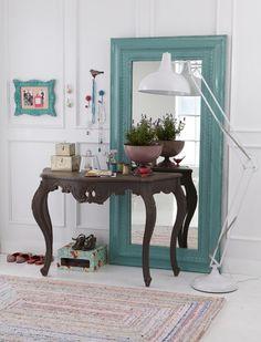 O segredo é utilizar o espelho como um fundo para outros itens decorativos ou até móveis, combinando um ou mais espelhos, centrais ou colocados meio de ladinho na composição. O resultado é fantástico e até faz o ambiente parecer maior