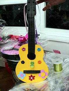 Violão decorado pelas crianças na festa do Pedro.