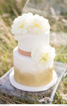 Cannot get over this so simple yet absolutely gorgeous cake. Flowers, glitter…