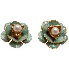 Sparkling green flower earring studs ($41) ❤ liked on Polyvore featuring jewelry, earrings, post earrings, 24k earrings, flower earrings, green pearl earrings and white pearl earrings