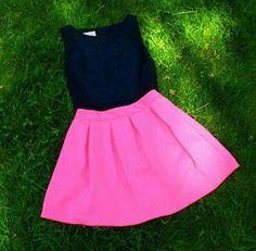 Falda rosa y blusa negra