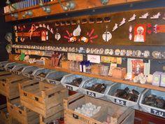 """Boutique """"Tombés du camion"""" passage des Panoramas à Paris : """"lots anciens et oubliés, Nombreux bijoux, perles, et accessoires de mode, Stocks exclusifs d'usines abandonnées, Séries industrielles, Fonds de merceries en abondance, Jouets manufacturés du siècle dernier, Matériel de laboratoire, Petits objets de culte à profusion, Stocks de fabricants et grossistes, Souvenirs des enseignes d'autrefois"""", présentés à la manière des cabinets de curiosités http://www.tombeesducamion.com/"""