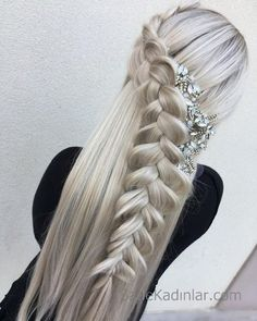 All styles of box braids to sublimate her hair afro On long box braids, everything is allowed! For fans of all kinds of buns, Afro braids in XXL bun bun work as well as the low glamorous bun Zoe Kravitz. French Braid Hairstyles, Cool Hairstyles, Viking Hairstyles, Wedding Hairstyles, Plaits Hairstyles, Hairstyles 2018, Curly Hair Styles, Natural Hair Styles, Long Hairstyles