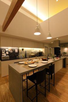 夜のキッチン ダイニング 専門家:桜山建築設計 / 末正 浩一が手掛けた、キッチンダイニング(夜)(バードバスのある家)の詳細ページ。新築戸建、リフォーム、リノベーションの事例多数、SUVACO(スバコ)