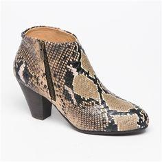 Bottines à talons beige foncé et noir motif python. 35 €  #python #buffalo #boots #venteprivee  www.vente-privee.com