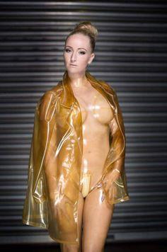 Девушка одевает прозрачный латекс 8