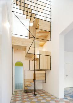 Float in the Air Staircase  Pour une maison sicilienne nommée « Casa G. », le Francesco Librizzi Studio a voulu connecter un étage au toit par un escalier flottant dans les airs. La façade de l'escalier a l'apparence d'une sorte d'échelle avec des cases déstructurées en bois et des lignes fines noires. Plus d'images dans la galerie.