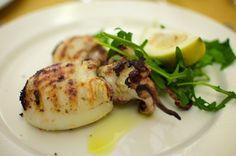 Le seppie ripiene al forno in due versioni di una ricetta veloce da preparare e perfetta per un secondo piatto a base di pesce.