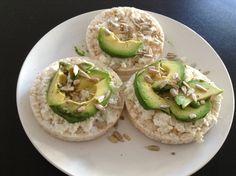 Rijstwafels met ricotta, avocado en zonnebloempitten