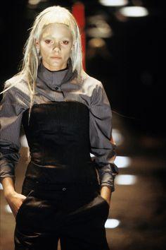 Alexander McQueen Fall 1998 Ready-to-Wear Fashion Show Details Fashion Videos, Fashion News, High Fashion, Fashion Show, Fall Fashion, Mcqueen 3, Alexander Mcqueen, Become A Fashion Designer, Fashion Designers