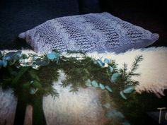 Tyynynpäällinen; palmikoita ja ainaoikeaa