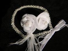 Linda tiara feita com perolas de vidro 6 mm e 4mm (ótima qualidade) com plumas: Camélias em organza e cetim com miolo em strass; R$108,00