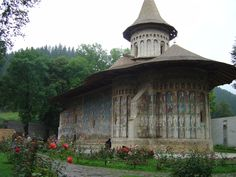 If you travel in Romania you cannot miss Transilvania travel, Danube Delta or going on tours in Romania's northern part. Find out which are the must see sights. Culture Travel, Cathedrals, Romania, Barcelona, Religion, Tours, Traditional, House Styles, Places
