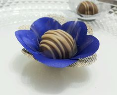 Forminha F1T1C Azul Royal e Dourada  Forminhas em tecido para doces finos.  Camélia 5 pétalas.    Dimensão do produto: 8 cm  Fundo 3 cm    Duas camadas.    COR:  Tela: Dourada  Cetim: Azul Royal  Doce não incluso.    Consulte Promoção Frete na tela inicial