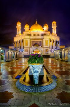 A stunning photo of the Jame' 'Asr Hassanil Bolkiah Mosque in Kampong Kiarong, Bandar Seri Begawan. [Photo credited to Sa'at Mokim] Mosque Architecture, Art And Architecture, Beautiful Architecture, Beautiful Buildings, Beautiful Mosques, Beautiful Places, Places Around The World, Around The Worlds, Bandar Seri Begawan
