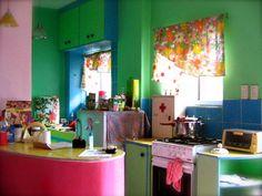 cocina colorida, barra fucsia