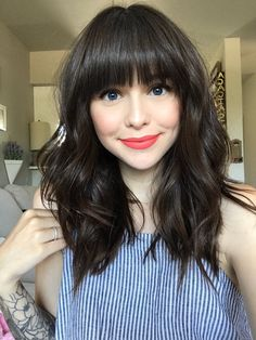 Süße Frisuren für mittellanges Haar 2019 See here and choose our best ever ideas of medium hairstyles in This is really best way for every woman to get trendiest hair looks. Medium length hairstyles are easy in styling and caring and more popula Bangs With Medium Hair, Hairstyles For Medium Length Hair With Bangs, Short Hair With Bangs For Round Faces, Hairstyles With Fringe, Round Face Bangs, Layers And Bangs, Medium Curly, Medium Layered, Medium Length Hair Curled