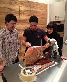 """Preparando la cena de Noche Buena...Me han nombrado el jamonero de la familia!"", dijo Arteta en Twitter."