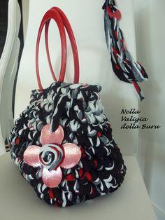 C'è poco da fare.... le borse fatte a mano hanno un qualcosa di romantico...   Il problema però, per quello che mi riguarda, è l'eccessivo c...