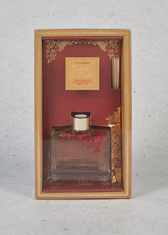 Relax in the soothing aroma of nostalgic festive notes. An easy and effective way to scent your home flame free, this Spiced Apple diffuser combines a sweet apple scent with a whisper of spice. Red berries are preserved in the glass bottle to ensure a charming finishing touch.