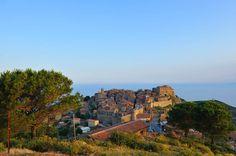 Giglio Castello-Eh, que la Toscana tiene mar! ¡Y también islas! Conviene recordarlo de vez en cuando, ya que en su costa hay mucho más que playas privadas y clubes apestados. Uno de los hallazgos en pleno mar Tirreno es la isla de Giglio y su principal reducto del pasado, Giglio Castello. Más allá de su buena conservación, este enclave destaca por estar rodeado de un paisaje 100% mediterráneo y por el contraste de sus viejas piedras defensivas con el azul intenso del mar.