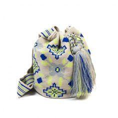 Con este bolso estaras a la ultima en bolsos wayuu, fabricados 100% a mano con los mejores materiales y diseñado exclusivamente por Guanabana Handmade Mochila Crochet, Crochet Bags, Tapestry Bag, Tapestry Crochet, Color Beige, Knitting Accessories, Bucket Bag, Womens Fashion, Pattern