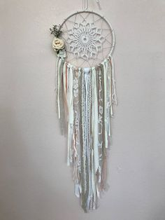 Handmade Dreamcatcher Bohemian 100% creations Bohemian spirit for wedding decoration, baptism, birthday Children, living room, Garden room. Each creation is unique. If you are interested in one of my dream catchers, I assure you it will be unique. The doily will be different, fabrics