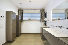Badezimmer Ideen mit Doppelwaschbecken - Inneneinrichtung WeberHaus Bungalow - HausbauDirekt.de