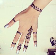 Henna inspiración Agenda tu cita al Direct Henna Hand Designs, Small Henna Designs, Henna Tattoo Designs Arm, Mehndi Designs Finger, Mehndi Designs For Fingers, Beautiful Henna Designs, Best Mehndi Designs, Henna Tattoo Hand, Simple Henna Tattoo