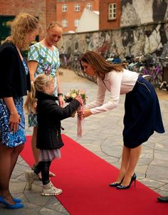Queens & Princesses - Princess Mary was visiting Odense to participate in two official acts. The first was the launch of a campaign of Danish libraries to encourage children to read during summer vacation and share their reading experiences.Then she visited an exhibition on Danish fashion.