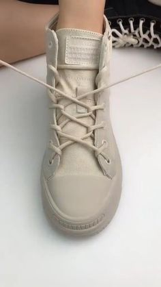 Ways To Lace Shoes, How To Tie Shoes, Diy Clothes And Shoes, Diy Clothes Videos, Sneaker Boots, How To Tie Converse, Ways To Tie Shoelaces, Diy Fashion Hacks, Fashion Shoes
