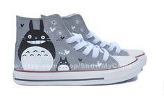 Totoro! And chucks! Custom Canvas Totoro hand par ShowMyColor, $59.99    OMG neeeeeed en 38.
