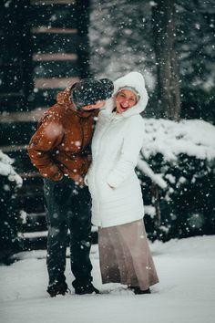 Sărbătorește magia iernii împreună cu persoana iubită! 💗 Poate fi o simplă plimbare prin ninsoare, un zâmbet din inimă sau o ciocolată caldă la căldura propriului cămin! Nu înceta să vezi iubirea din fiercare lucru mărunt. Sursa photo: Unsplah. Waco Texas, Hd Photos, Winter Jackets, Snow, Image, Collection, Fashion, Moda, Fashion Styles
