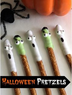 Learn to make these Halloween ghost and Frankenstein chocolate covered pretzels, perfect for your Halloween parties! See more Halloween party ideas and recipes. Halloween Snacks, Theme Halloween, Hallowen Food, Halloween Goodies, Halloween Birthday, Holidays Halloween, Halloween Kids, Happy Halloween, Halloween Decorations