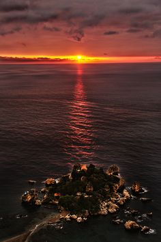 Alba sull'Isola Bella - Sunrise - #Taormina - ph. Jakomin Andrea #visitsicily #yummysicily #coloursofsicily