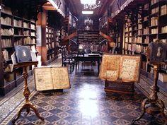 La bibliothèque du monastère de St François d'Assise à Lima, au Pérou. Bibliothèques du Monde