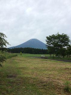 本日も曇っていますが、富士山は顔をだしてくれています!      朝霧は寒いです(..) 雨が降らない事を祈ってます!  そして野菜コーナーに新じゃがと空芯菜が入りました♪    空芯菜はシャキシャキとした歯... 詳しくは http://asagiri-kogen.com/73417/?p=5&fwType=pin