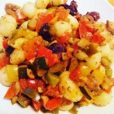 Gnocchi mit Aubergine, Paprika und Oliven und Kräutermix. Leckeres und fixes Essen zum Mittag oder zwischendurch. Rezept auf Anfrage
