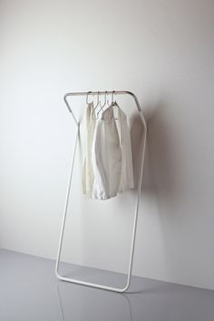 Lean on coat rack | wardrobe . Garderobe . garde-robe | Design: Peter Van De Water | Cascando |