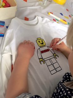Lego mannetjes kleuren op een lego feestje.