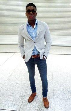 Tenue: Blazer en tricot gris, Chemise à manches longues à rayures verticales bleu clair, Jean bleu marine, Chaussures derby en cuir marron