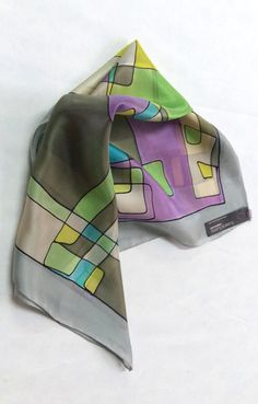 Pañuelo de seda natural pintado a mano de la colección tetris en gris claro by Susana Suárez