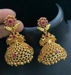 A collection of latest gold jhumka earring designs with images. Gold Jhumka Earrings, Jewelry Design Earrings, Gold Earrings Designs, Designer Earrings, Jhumka Designs, Gold Choker, Henna Designs, Necklace Designs, Ring Designs