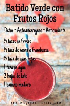 #retobatidos Hoy le pusimos color rojo al batido del día, eso significa muchos antioxidantes luchando contra los radicales libres que envejecen las células!!!  INSTRUCCIONES Licuar las uvas, moras y kale con el agua hasta cremoso. Agregar las fresas y el banano y terminar de licuar. Variaciones: Banano por aguacate Kale por espinaca o lechuga Agrega media betabel Agrega semillas de chia Agua por leche de almendras  http://retobatidos.com/batido-de-frutos-rojos-a-tu-manera/