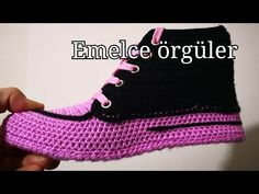 Learn how to crochet shoes with this easy free crochet pattern and tutorial. Gestrickte Booties, Knitted Booties, Crochet Boots, Crochet Slippers, Crochet Shoes Pattern, Crochet Patterns, Crochet Videos, Arm Warmers, Free Crochet
