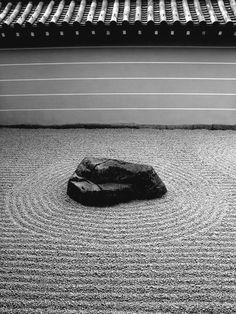南禅寺の小方丈庭園は、「心」字形に庭石を配した枯山水の石庭で、解脱した心の如く、落ち着いた雰囲気の禅庭園。