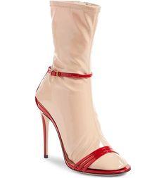 Erken 1 Nisan şakası gibi duran bu çorap sandalet.