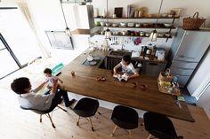 まさにカフェのよう!  ダークな色味のコの字型のテーブルがすっごく素敵!  同じ種類の椅子を並べる事でカフェ気分UP♪