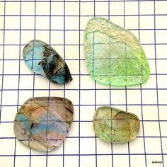 Skleněné kameny - sada sv.modrá/zelenkavá/pestro. Kámen skleněný č.9 síla kamene do 1 cm velikost viz.výpočet 1 čtvereček=1 cm spodní strana reliéfní strukturovaná, to znemená NEHLADKÁ! Autor: E.J.design